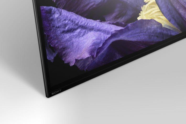 .OLED A9F 使用零邊框座檯設計,完全平放在檯上,最省空間。
