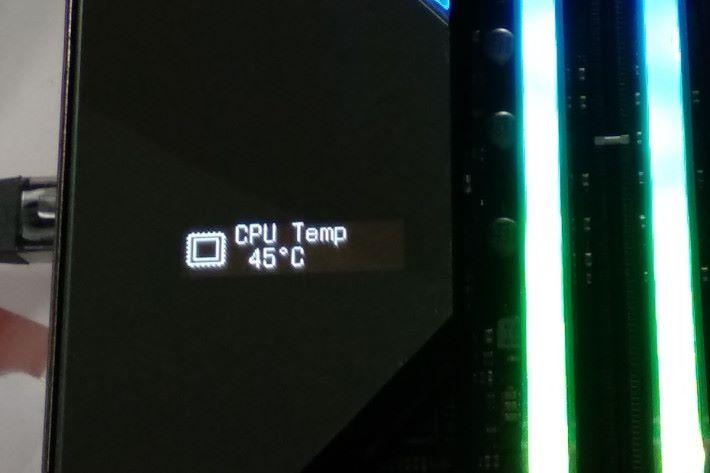 設有 1.3 吋 LiveDash OLED 顯示屏。