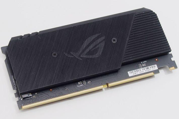 ROG DIMM.2 卡支援第二及第三組 M.2。