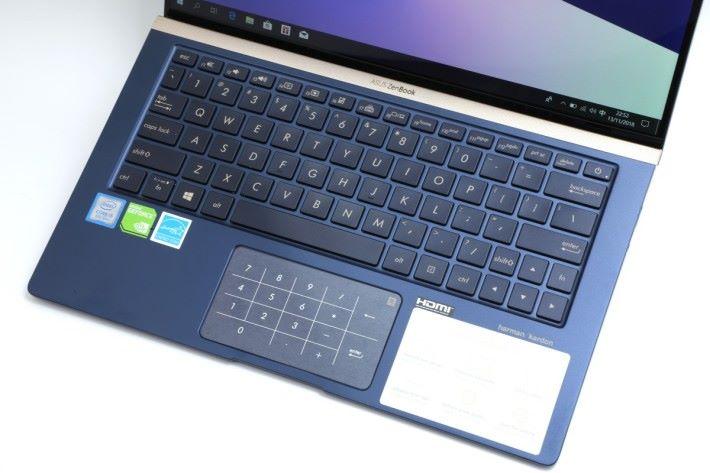 鍵盤周邊內籠採用全金屬製造,質感上佳,並採用玻璃面觸控板。