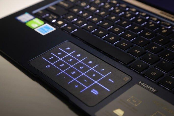 開啟數字盤後會發藍光表示,可按觸控板右上的黃色按鈕關閉。