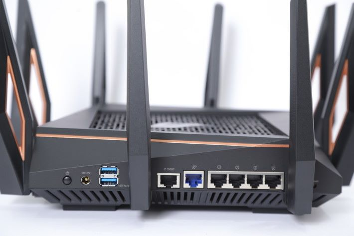 2.5Gbps 埠可作 WAN / LAN。