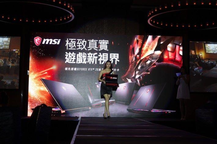 模特兒於舞台上走貓步展示 MSI 新機種。