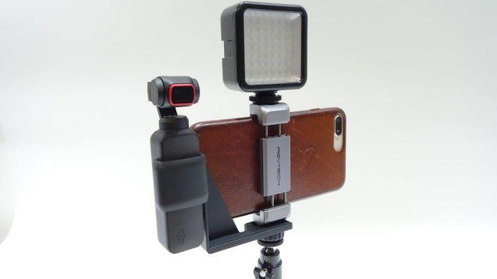 手機架可以接上收音咪或 LED 燈光使用。