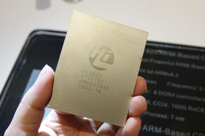 鯤鵬 920 採用 64 位元 ARM v8.2架構,以 7 納米制程,主要時脈 2.6GHz,內建 64 個核心。