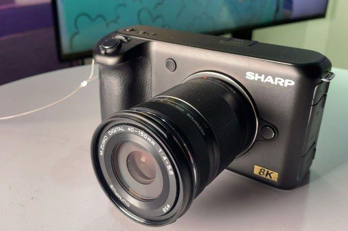新機將採用 SHARP 自家開發 M4/3 制式的 8K 感光元件。