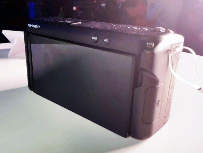 大部分操作都會在機背的可掀式 LCD 屏幕上進行。