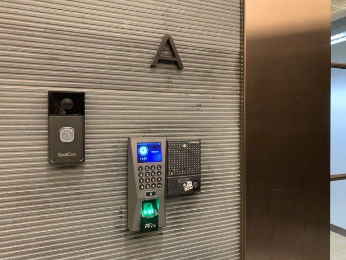 左邊為 SpotCam Ring Pro,貼在門口側邊比安裝傳統 IP Cam 方便得多。
