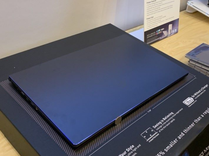 藍色切邊使 PS63 在眾多黑色筆電中別樹一幟。