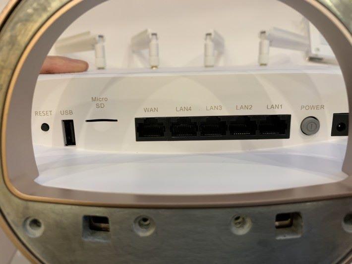 是次展示的原型產品,底部並沒有 SIM 卡槽。