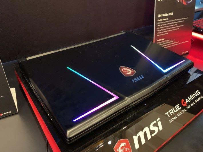 另有一款名為 GE63 Raider RGB,規格與 GE75 Raider 差不多,但換成 15.6 吋屏幕,而且連機背都有 RGB 燈光。