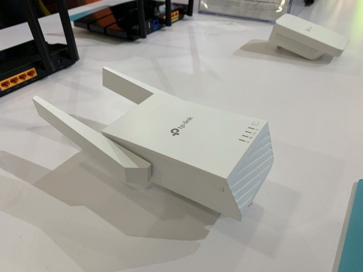 RE705X 是插蘇式的 AX1800 Repeater。