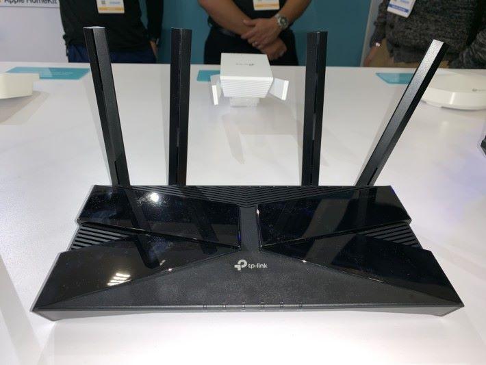 入門級的 Archer AX1800,感覺體積較 TP-Link Archer C7(AC1750)小一點。