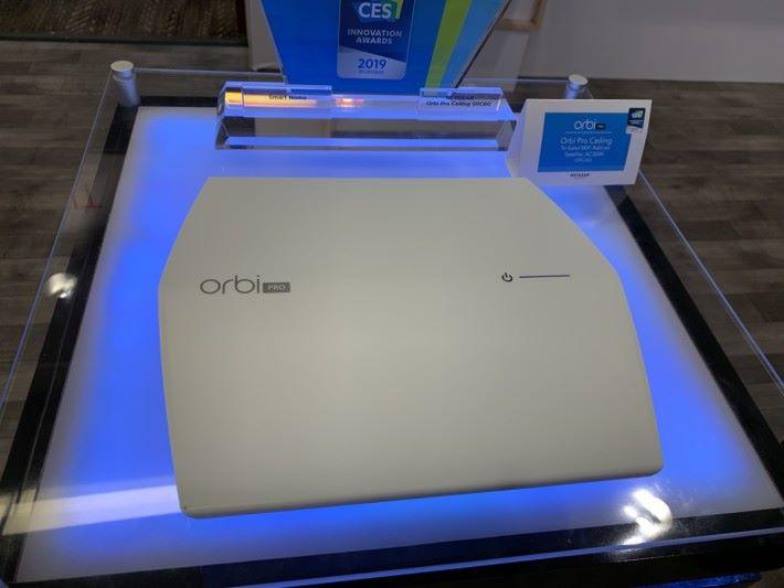 商用的 Orbi Pro Mesh Wi-Fi 系列,亦增設了「SRC60」的新型號,可倒掛在天花板,速度為三頻 AC3000。