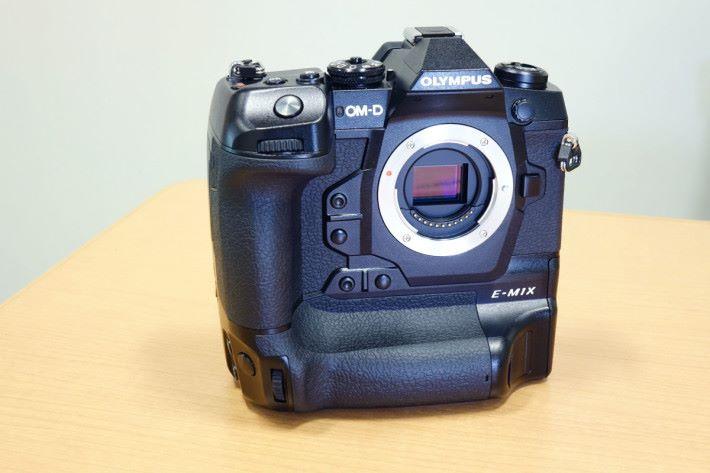 E-M1X 採用一體式設計,橫幅直幅拍攝都相當好握。