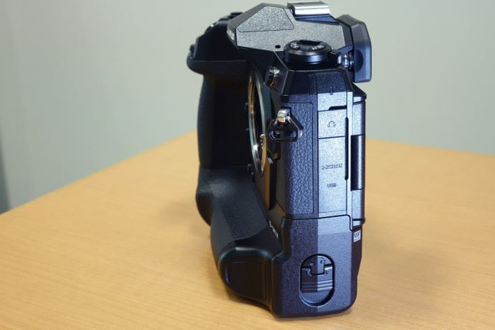 機身左側提供 3.5mm 咪高峰插孔、 3.5mm 耳機插孔、 HDMI Type D 接口及 USB Type-C 接口。