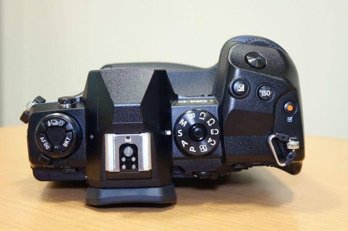 機頂按鈕齊全, ISO 鍵更有突出的凹凸設計,方便攝影師辨認。