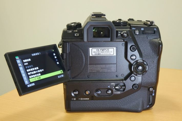 機背首次加入對焦點操控桿,垂直拍攝亦有設置。