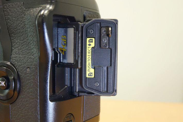 E-M1X 記憶卡插槽兼容雙 UHS-I/II 設計,加快相機傳輸的速度。