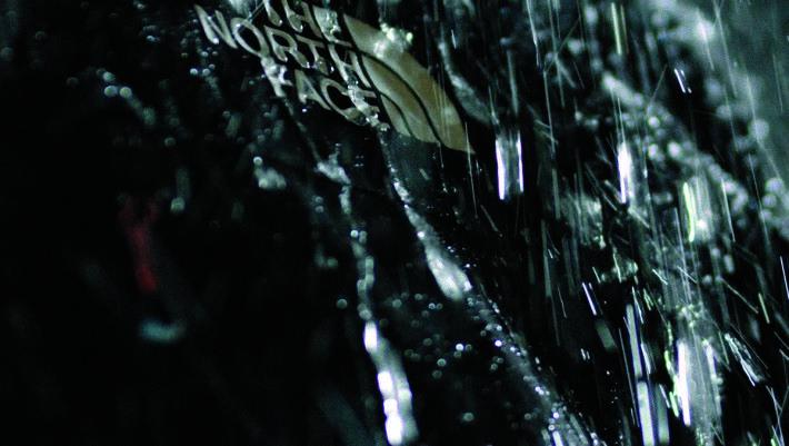 新面料利用納米紡織技術,生產過程衣料會產生納米級孔隙,這些孔隙在維持面料整體防水性能的同時,為空氣滲入提供了更多通氣孔,大大加強透氣性能。