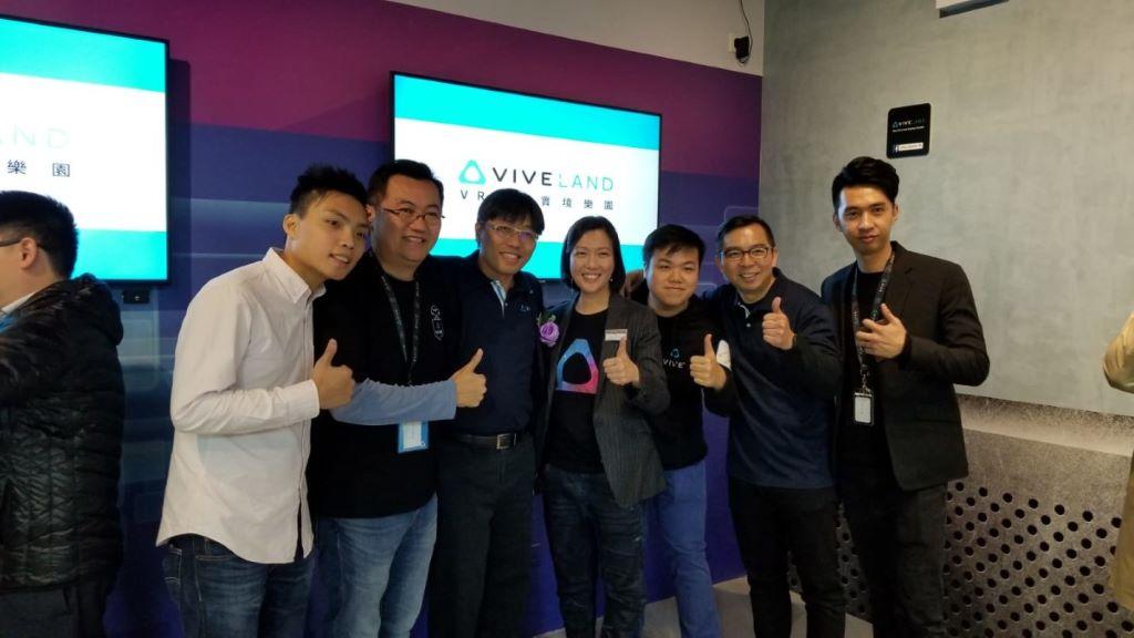HTC 香港、澳門及新加坡總經理 Jess Mak (右三)及 HTC 北亞區總經理兼 VIVE 產品戰略副總裁 Raymond Pao (左三)