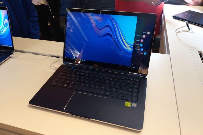 與 Galaxy A8s 同時發表的還有新一代 Notebook 9 系列,備有 13.3 吋及 15 吋版本,機身採用全鋁金屬設計。15 吋定價由 $17,280 起,13.3 吋則由$12,280 起。