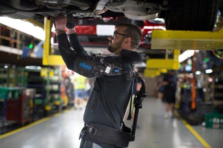 FORD 車廠的工人已經利外骨骼來協助一些需要消耗體力的工作