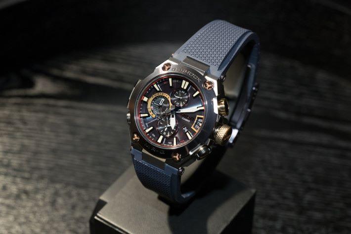 G2000RJ-2A 又名「重力丸」,其防震全金屬錶身的設計靈感來自同名的日本刀。