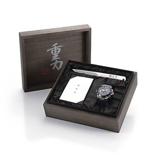 特別包裝的限量版附有精緻禮盒,並有一把由刀匠上山 輝平親手製作及刻有簽名的開信刀,並附日本刀匠會的認證書。