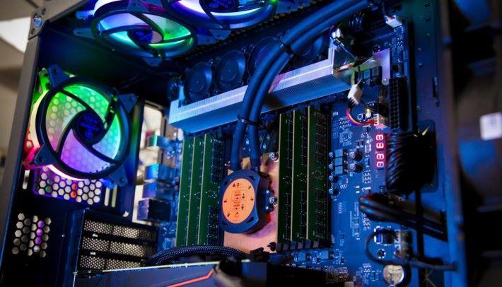 Xeon W-3175X 具備 28 個核心,支援六通道 RAM,當然要搭配水冷等優良散熱系統才行。