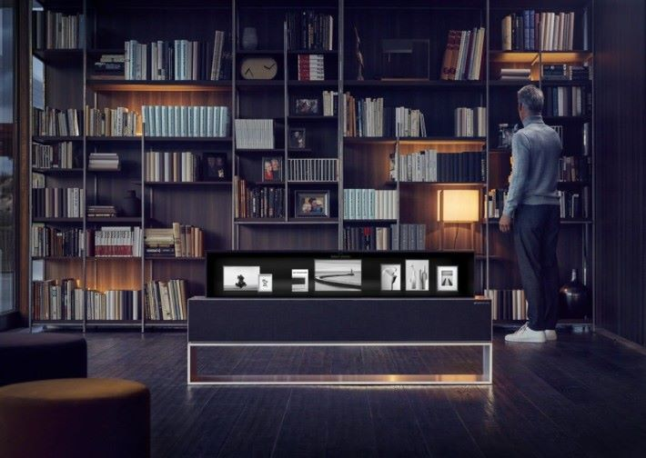 Line View 模式,可以將電視融入家居擺設,並顯示能相片及時間等資訊。