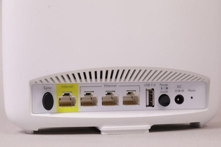 主機備有三個 LAN 頭及一個 USB 2.0 插頭。