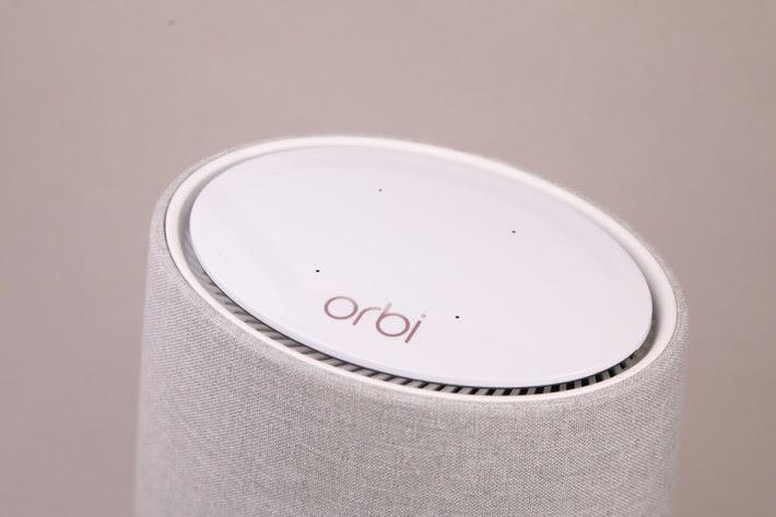 內置有四支導向收音咪,方便接收用家的語音指示。