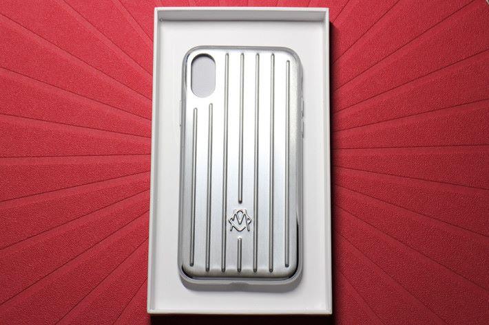 打開盒就可見到 Aluminium Groove Case for iPhone 本尊,是否有縮水版「Original」系列行李箱的錯覺。