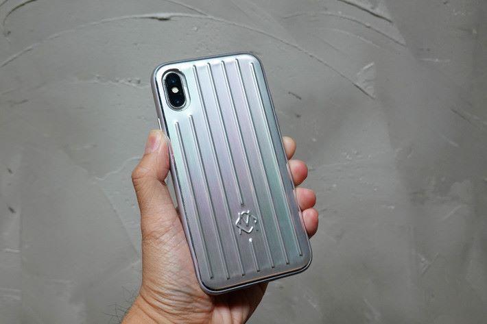 這個手機殼十分「Fit位」,在安裝的過程中甚至覺得有點「緊」。由於鋁合金機背及凹凸坑紋,上手的感覺十分獨特。