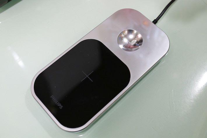 隨盒附送的充電板,備有凹位,可輕鬆放好電鬚刨充電。