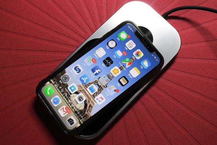 既然採用 Qi 充電技術,即可支援手機無線充電功能,將 iPhone X 放上充電板,可正常充電,不過迎充電板為7.5W,所以充電速度不快。