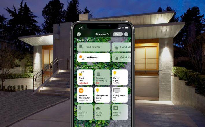 支援 HomeKit 的電視可以加入 Home App 的場景中,像這樣一回家就自動開門開燈開電視。