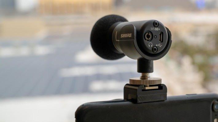 配備 3.5mm 耳機插,可在拍攝時進行監聽。
