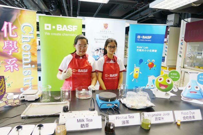 基督教中華宣道會陳瑞芝紀念中學中五學生楊樂怡(右)及黃晞溢(左)。