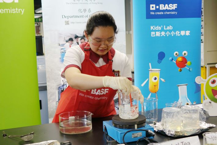 Step 1: 首先準備 500ml 飲用水,然後加入 10g 海藻酸鈉,加熱並攪拌成為海藻酸鈉溶液。