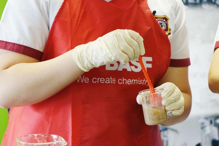 Step 3: 然後將海藻酸鈉溶液, 按 1:1 的比例與各 種飲品混合。