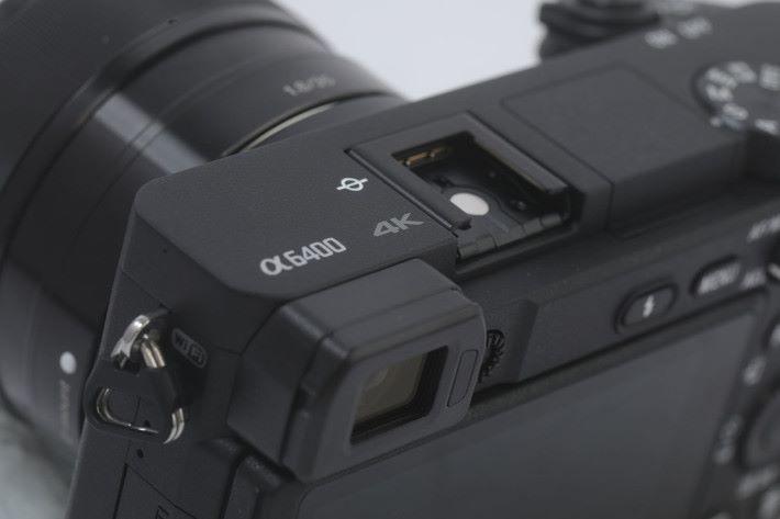 機身的 Wi-Fi 及 4K 標示,可見 α6400 著重拍片方面的設定。