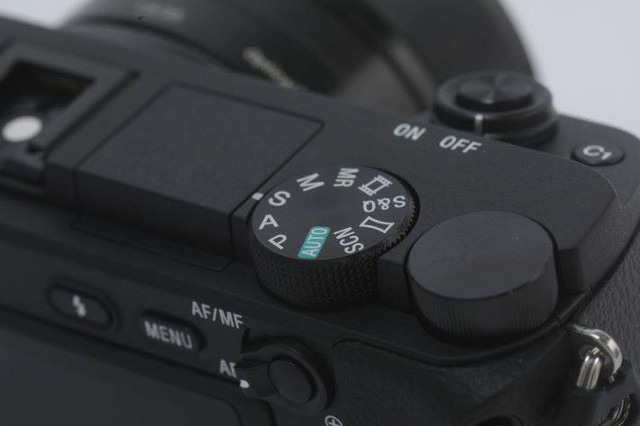 與上代機一樣,模式轉盤上設有 S&Q 模式,方便用家拍攝特別速度的影片。