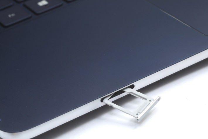 記憶卡槽為 UFS 卡和 microSD 卡兩用。