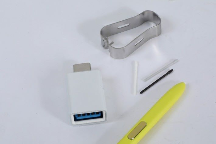 附贈 3 支替換筆尖、筆尖鉗及 Type-C to Type-A 轉接器。
