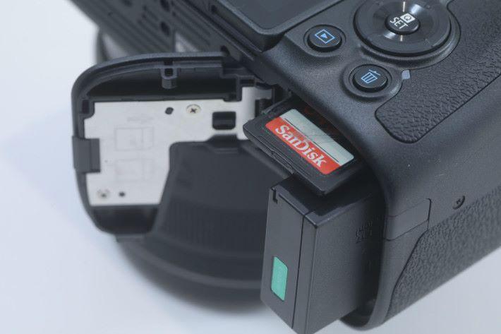為求設計輕巧, RP 的單插卡槽在電池旁邊。