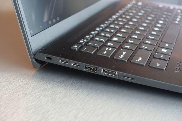 採用 USB Type-C 充電,使用更方便。另外亦有 SD 讀卡器。