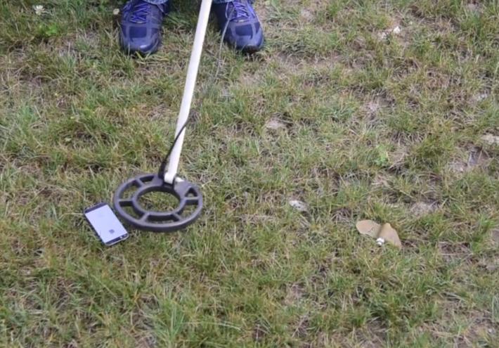 PMF1 蝴蝶雷與 iPhone 那麼細,加上整體使用塑膠製造,一般地雷探測器亦難以探測。