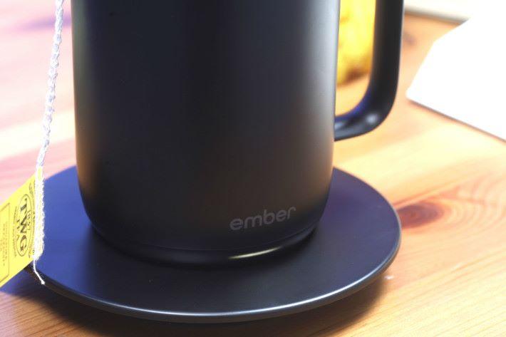 只要放上專用碟上,便可保持杯內的溫度。